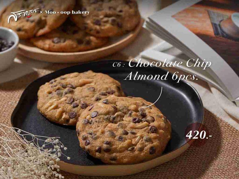 เมนูChocolate Chip Almond ร้านMoo-oop bakery X Saranros